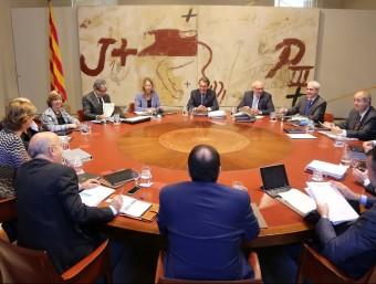 Neus Munté i Artur Mas, al fons, durant la reunió del consell executiu d'aquest dimarts ACN
