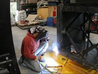 Un operari treballa en un forn de LSolé en una imatge d'arxiu. LLUÍS SERRAT