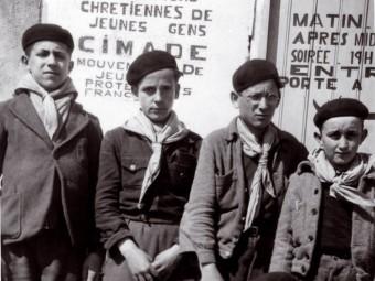 Grup escolta de joves jueus creat al camp de concentració de Ribesaltes, al Rosselló, 1941-1942 MÉMORIAL DE LA SHOAH. CDJC RIBESALTES