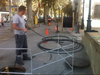 Operaris desplegant al cable, en aquest cas de Telefònica, l'estiu passat a la riera d'Arenys de Mar. E.F