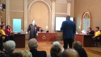 La representació de l'obra, a l'antiga Audiència de Girona. El fiscal interrogant i, a la dreta, el lletrat defensor G.P