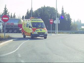 Imatge d'una ambulància circulant per un tram de les carreteres ebrenques L'EBRE
