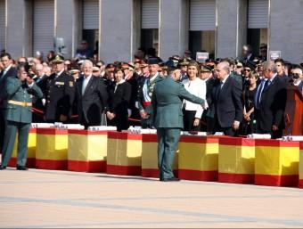 Fernández Díaz saluda un dels guàrdies civils condecorats ACN