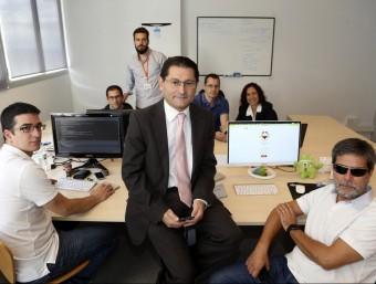 Faustino Cuadrado, al centre, i Jordi Roig, a la dreta, amb la resta de l'equip de Mass Factory.  QUIM PUIG