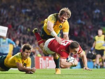 La defensa australiana, frenant George North, una de les figures de Gal·les en un dels millors partits del mundial. REUTERS