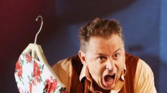 Marcel Tomàs, atrapat pel vestit de la seva ex, mentre Mariona Ponsatí canta un bolero, a l'obra que s'estrena demà M. LLADÓ