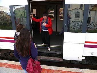 Una usaria baixant a l'estació de Cerlà, en una imatge d'arxiu MANEL LLADÓ