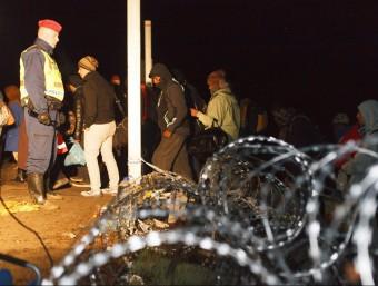 L'últim grup de refugiats passa per la frontera entre Croàcia i Hongria abans del tancament, aquest divendres a la mitjanit EFE