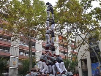 El magnífic 2 de 9 que els Castellers de Sants van descarregar ahir a la plaça Bonet i Muixí. Amb aquesta consecució, els borinots són la 7a colla que aquesta temporada ha fet algun castell de gamma extra. CARLES PANIELLO