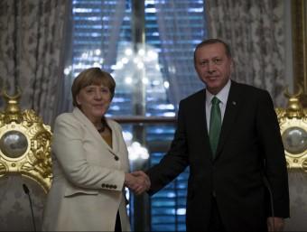 La cancellera alemanya, Angela Merkel, durant la seva trobada amb el president turc, Recep Tayyip Erdogan, aquest diumenge a Istambul REUTERS