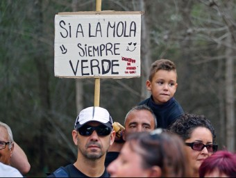 """Alguns dels participants en la marxa en favor de """"La Mola"""". EL PUNT AVUI"""
