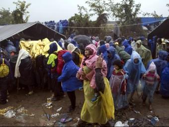 Centenars de refugiats esperen per creuar cap a Croàcia a prop de la localitat de Berkasovo, a Sèrbia REUTERS