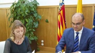 Instant de la signatura del conveni entre Anna Delia i Manuel Palomar. EL PUNT AVUI