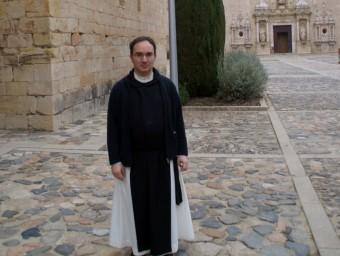 El pare Lluc Torcal, davant uns fanals totalment autònoms que il·luminen l'entrada al monestir amb energia solar EPN