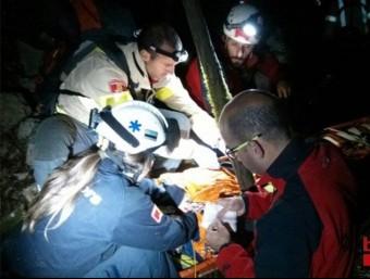 Els bombers durant el moment del rescat del boletaire desaparegut a Sales de Llierca BOMBERS