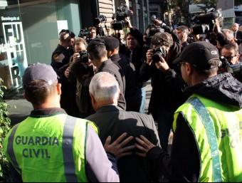 Agents de la Guàrdia Civil acompanyen el tresorer de CDC, Andreu Viloca, a la seu del partit ACN