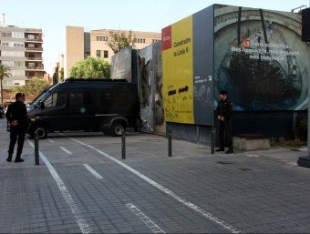 Agents de la Guàrdia Civil davant la seu d'Infraestructures, aquest dimecres a Barcelona ACN
