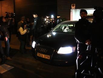 Un vehicle amb un dels detinguts surt aquest dimecres a la nit de la seu de CDC, al carrer Còrsega de Barcelona ACN