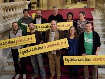 Foto de família dels nous diputats de la CUP, aquest dimecres al Parlament JOSEP LOSADA