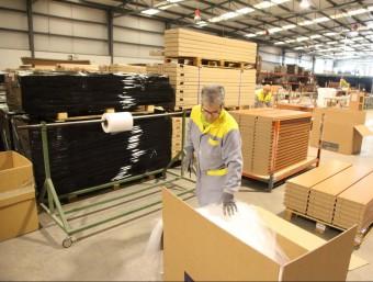 Les fàbriques de mobles de la Sénia han reorientat el negoci per mantenir l'activitat. JUDIT FERNÀNDEZ