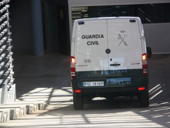 La furgoneta de la Guàrdia Civil que ha traslladat Viloca, arribant aquest dijous al migdia als jutjats del Vendrell ACN