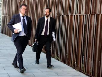 Els fiscals anticorrupció Fernando Bermejo i José Grinda, sortint aquest dijous dels jutjats del Vendrell ACN