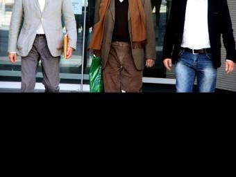L'extresorer de CDC, Daniel Osácar, sortint dels jutjats del Vendrell entre l'advocat Xavier Melero i el responsable de Règim Intern i Comunicació de CDC, Francesc Sánchez ACN