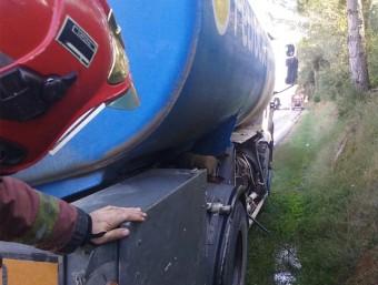 Un Bomber treballa al lloc de l'accident, a la GIP-5121 a Crespià BOMBERS DE LA GENERALITAT