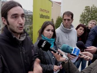 Domènech, els dos consellers comarcals i dues regidors de la CUP, ahir a Olot. R. E