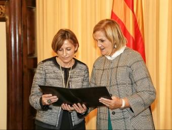 La nova presidenta del Parlament, Carme Forcadell, i la presidenta sortint, Núria de Gispert, aquest dilluns a la Cambra catalana ANDREU PUIG