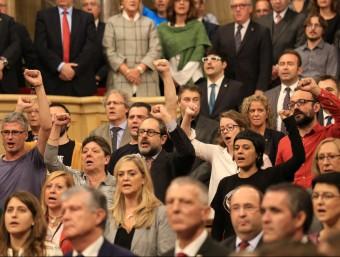 Els diputats de la CUP, amb el puny alçat, aquest dilluns durant el ple de constitució del Parlament ANDREU PUIG
