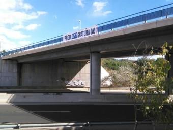 Els veïns de Tortosa van col·locar ahir una pancarta reivindicativa a l'autovia de l'Aldea (C-42). EL PUNT AVUI