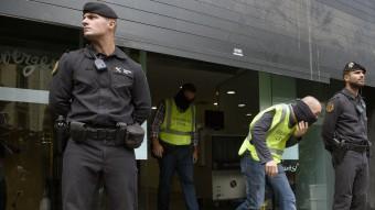 Espectacle de Guardia Civils traginant caixes i ordinadors a munt i avall. AFP