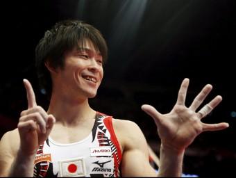 Uchimura , somrient, assenyala amb els dits els seus sis títols mundials REUTERS
