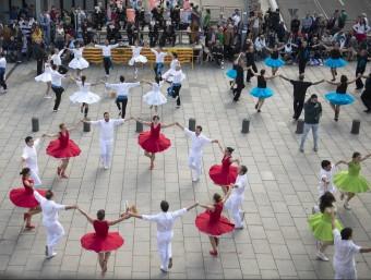 Diverses colles competint ahir en el 75è concurs sardanista de Girona, a la plaça del Lleó GLÒRIA SÁNCHEZ / ICONNA