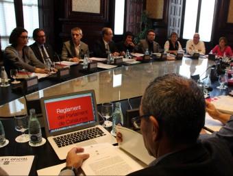 Reunió de la Junta de Portaveus amb la imatge del reglament del Parlament de Cataluny a l'ordinador de Joan Coscubiela (Catalunya Sí que es Pot) ACN