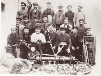 Obrers catalans davant d'una fàbrica a inicis del segle xx.  ARXIU