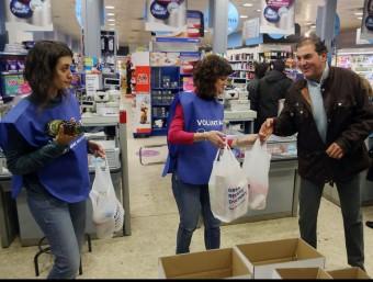 Dues voluntàries en la campanya de recollida d'aliments de l'any passat. MANEL LLADÓ