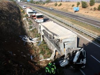 Els dos camions implicats en l'accident que ha obligat a tallar l'A-2 ACN