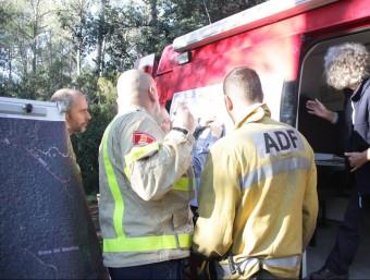 Efectius de mossos i bombers atents a les ordres del responsable de l'operatiu de recerca del boletaire desaparegut ACN