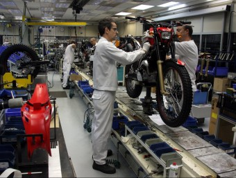 Honda (a l'esquerra) invertirà 3,3 milions d'euros en la planta vallesana. Joan B. Casas, (a dalt) degà del Col·legi d'Economistes de Catalunya, va participar en les jornades anual del col·legi. A sota, Isak Andic, president de Mango, té un patrimoni de 4.500 milions d'euros segons Forbes. I treballadors de Valeo./  ARXIU