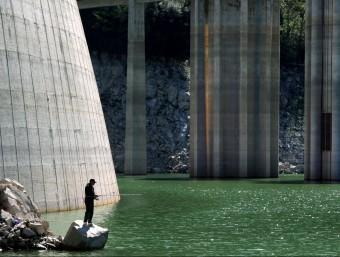 Un pescador, buscant fortuna al pantà de Susqueda, en una imatge del 2012. En el futur s'hi faran més activitats LLUÍS SERRAT