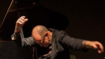 Josse de Pauw cantant i actuant al ritme del pianista Kris Defoort TEMPORADA ALTA