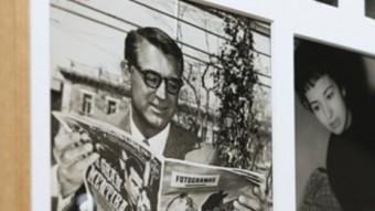 Cary Grant i altres actors llegint la revista 'Fotogramas' en un dels panells de l'exposició FOTOGRAMAS