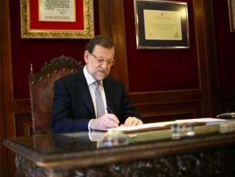 El president espanyol, Mariano Rajoy, va firmar ahir a Béjar (Salamanca) la petició d'un dictamen al Consell d'Estat previ al seu recurs davant el TC EP