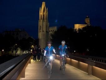 Dos dels participants de la primera edició, en la seva arribada a Girona