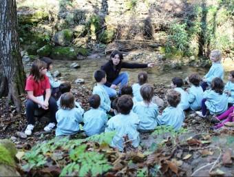 Una de les tècniques del molí de la Moixina donant explicacions als alumnes sobre el programa de recuperació de crancs de riu. EL PUNTAVUI