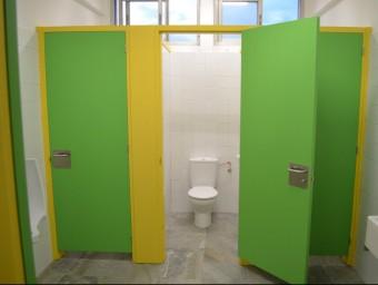 Una de les actuacions per aquest nou curs ha estat la reforma dels lavabos dels nens EL PUNT AVUI