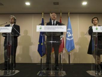 El ministre peruà de Medi Ambient Manuel Pulgar el d'Exteriors francès, Laurent Fabius, i la cap de l'ONU pel clima, Cristina Figueras EFE
