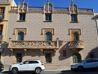 La façana amb la característica decoració d'escenes naturalistes d'influència barroca. J.T